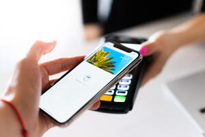 Paying with smartphone contactless nfc